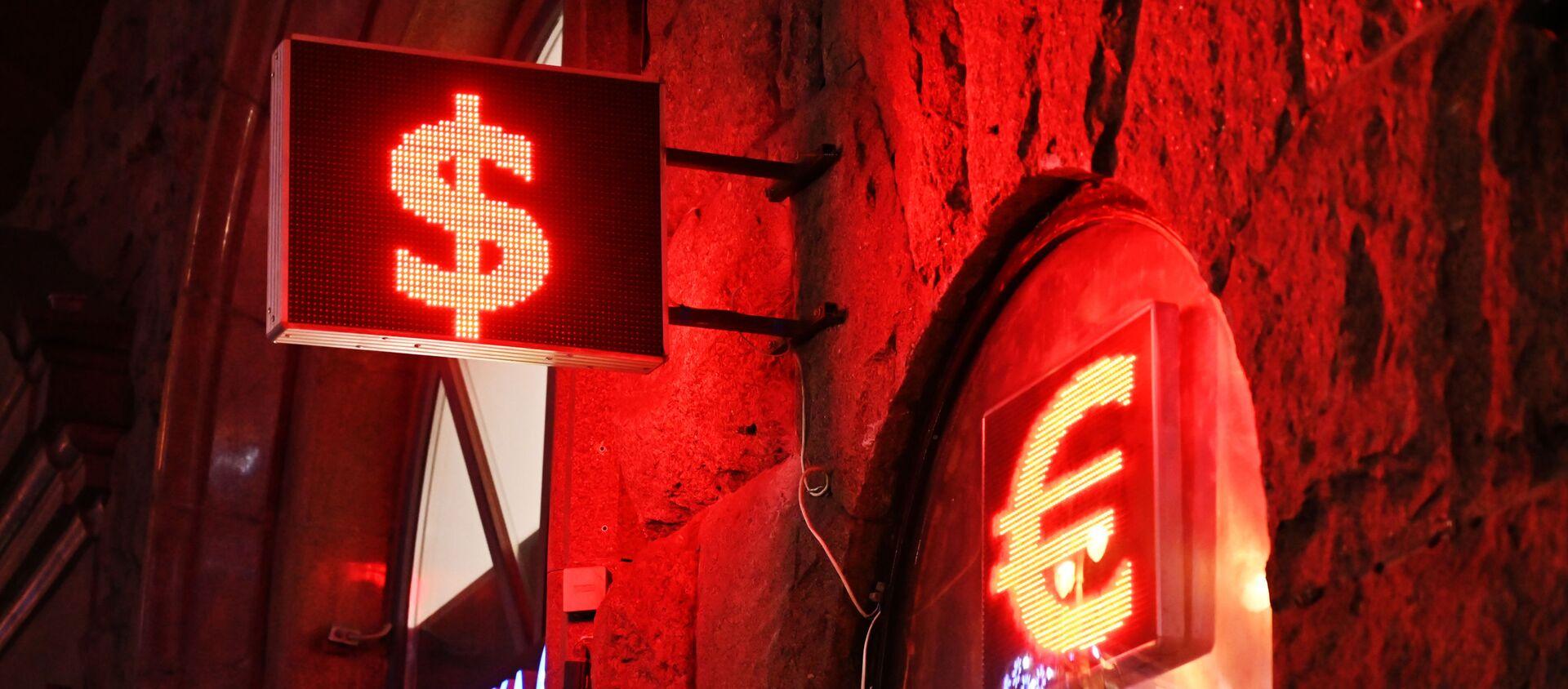 Знаки доллара и евро на табло курса валют - Sputnik Таджикистан, 1920, 07.02.2021
