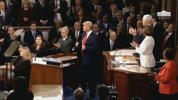Шарм намедорад! Трамп дастовардҳои худро дар назди Конгресси ИМА ситоиш кард - YouTube - Sputnik Тоҷикистон