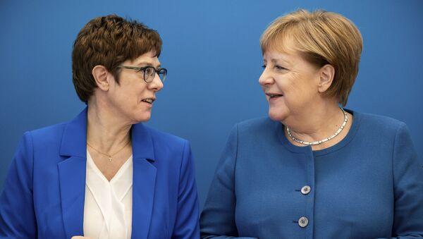 Глава ХДС Аннегрет Крамп-Карренбауэр и канцлер Германии Ангела Меркель - Sputnik Таджикистан