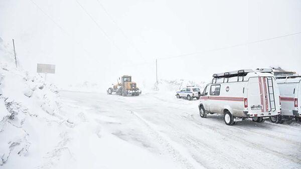 Занесенные снегом дороги в Таджикистане - Sputnik Таджикистан