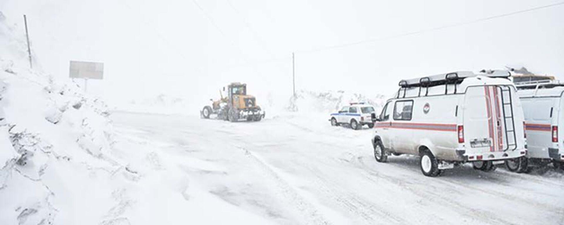 Занесенные снегом дороги в Таджикистане - Sputnik Таджикистан, 1920, 30.01.2021