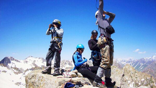 Туристы в горах Таджикистана, архивное фото - Sputnik Таджикистан