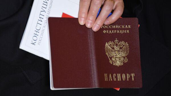 Церемония вручения российского паспорта - Sputnik Тоҷикистон