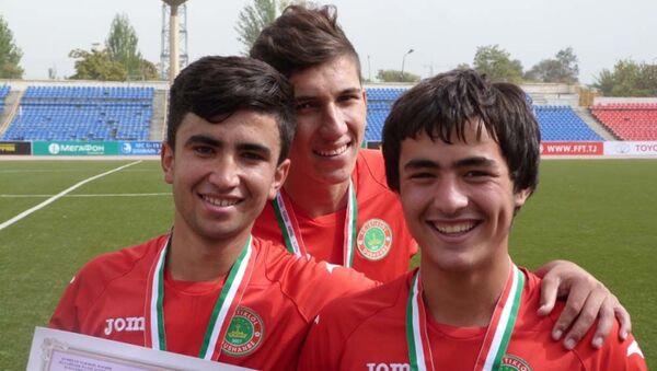Шахром Самиев (в центре) - Sputnik Таджикистан