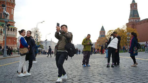 Иностранные туристы на Красной площади в Москве - Sputnik Таджикистан