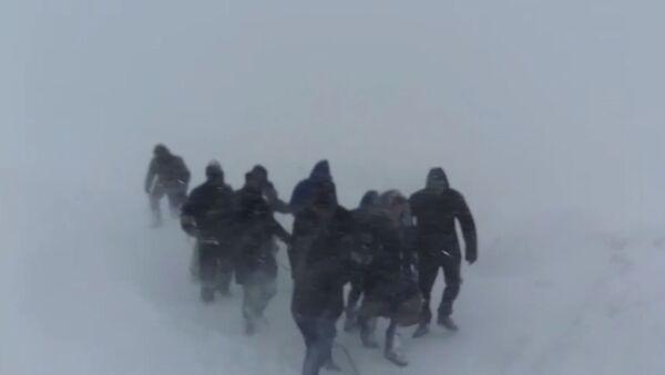 Метели в Казахстане: людей выводили из снежных заносов по веревке - YouTube - Sputnik Тоҷикистон