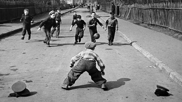Дети играют в футбол на улице весной в Москве, 1959 год - Sputnik Таджикистан