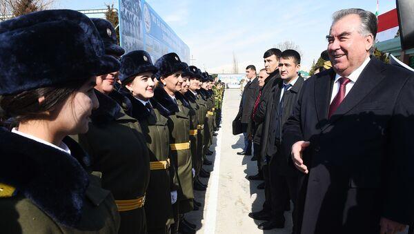 Президент Республики Таджикистан Эмомали Рахмон во время парада в честь 23 февраля - Sputnik Таджикистан