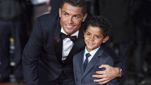Португальский нападающий Реал Мадрида Криштиану Роналду позирует со своим сыном Криштиану Роналду - Sputnik Таджикистан