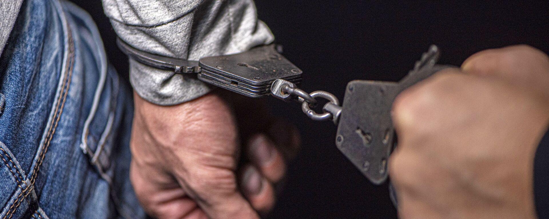 Руки в наручниках. - Sputnik Таджикистан, 1920, 22.09.2021