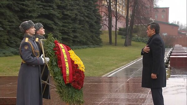 Президент Кыргызстана возложил цветы к Могиле Неизвестного Солдата в Москве - YouTube - Sputnik Таджикистан