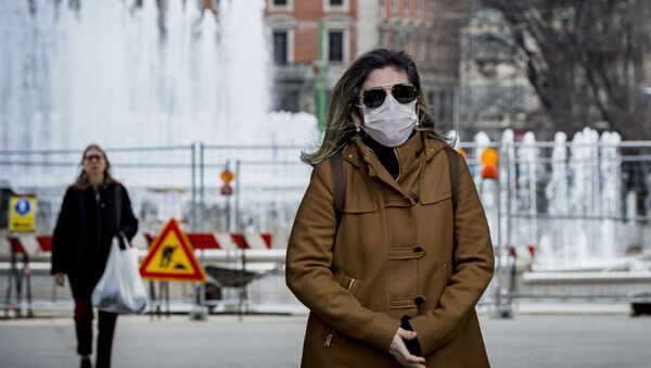 Женщина в медицинской маске в центре Милана - Sputnik Тоҷикистон