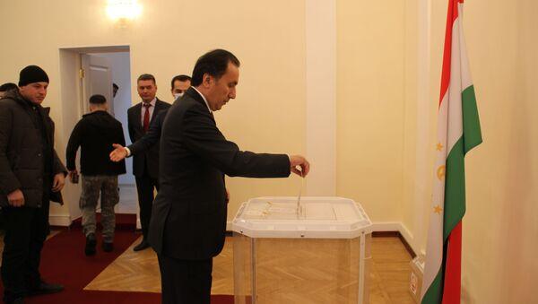 Посол Таджикистана проголосовал одним из первых  - Sputnik Таджикистан