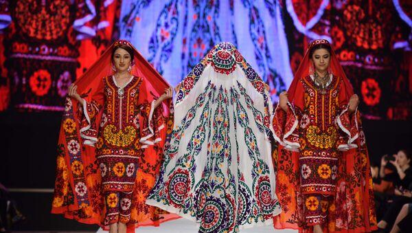 Юбилейный показ дизайнера Хуршеда Сатторова - Sputnik Таджикистан