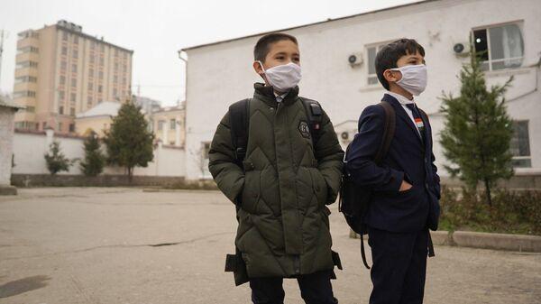 Школьники Душанбе в медицинских масках - Sputnik Тоҷикистон