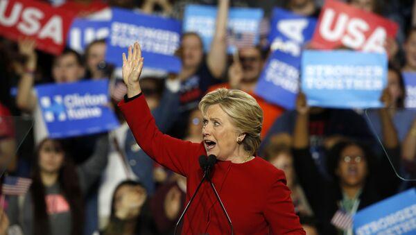 Хиллари Клинтон выступает во время своей предвыборной кампании в 2016 году - Sputnik Тоҷикистон