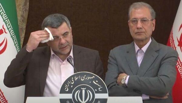 Замглавы минздрава Ирана Ирадж Харирчи (слева) во время пресс-конференции - Sputnik Тоҷикистон