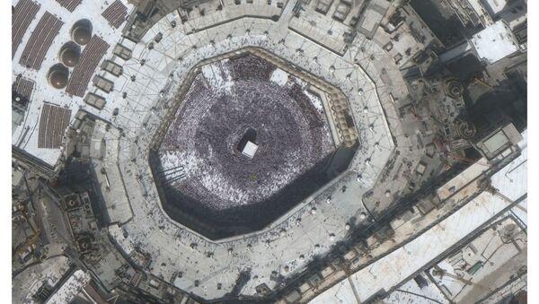 Большая толпа вокруг Каабы у Мечети аль-Харам в священном городе Мекка, Саудовская Аравия, до коронавируса 14 февраля 2020 года и то же место во время коронавируса 3 марта 2020 года - Sputnik Тоҷикистон