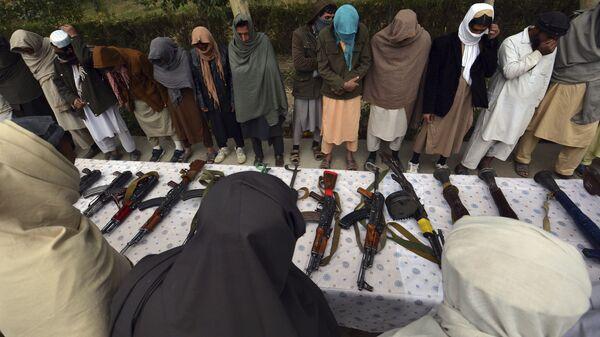 Бывшие боевики талибана передали свое оружие - Sputnik Таджикистан