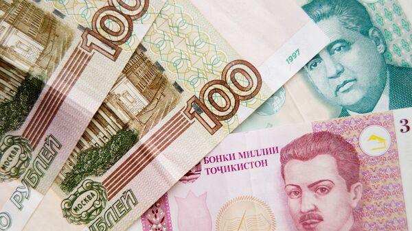 Таджикские сомони и рубли, архивное фото - Sputnik Тоҷикистон