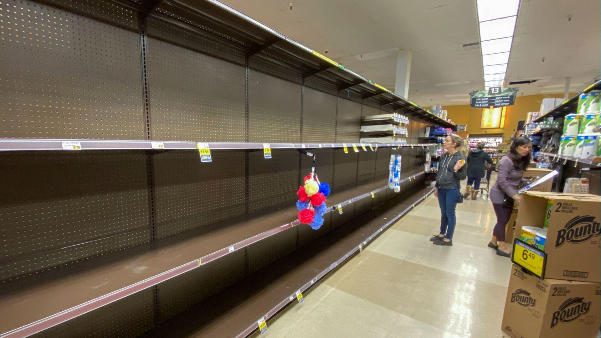 Покупатели у пустых прилавков в супермаркете в Энсинитасе, США - Sputnik Таджикистан, 1920, 01.09.2021