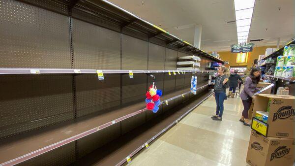 Покупатели у пустых прилавков в супермаркете в Энсинитасе, США - Sputnik Таджикистан