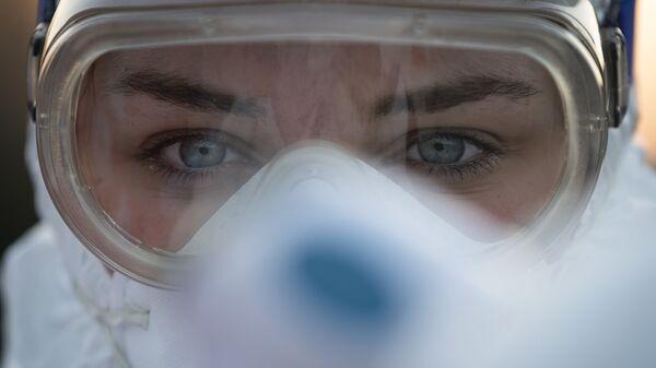 Медицинский работник в защитных очках, архивное фото - Sputnik Таджикистан