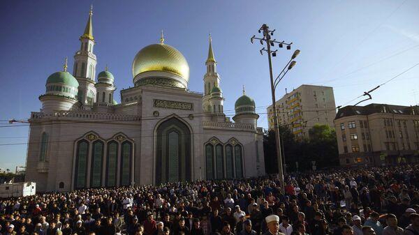 Мусульмане у Соборной мечети в Москве, архивное фото - Sputnik Таджикистан
