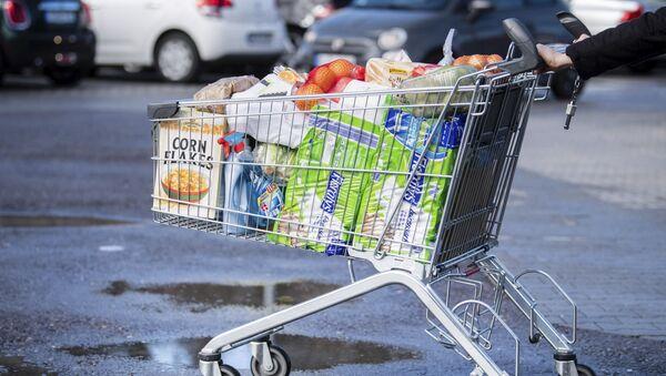 Покупатель с тележкой, наполненной продуктами в супермаркете в Германии - Sputnik Тоҷикистон