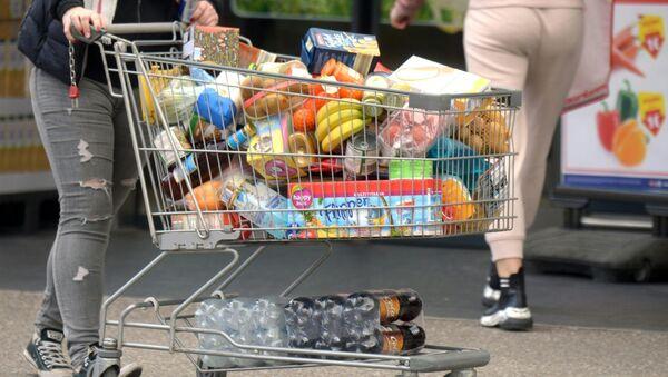 Покупатель с тележкой, наполненной продуктами, в супермаркете в Австрии  - Sputnik Таджикистан