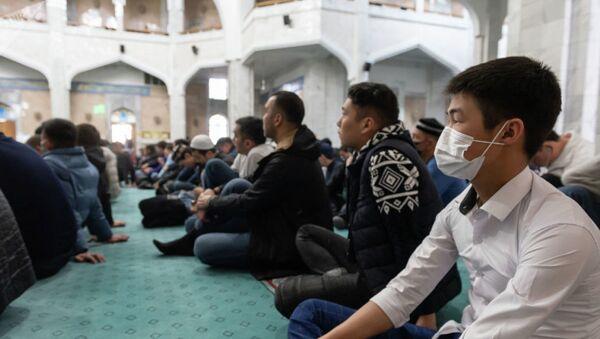 Пятничный намаз в Центральной мечети Алматы - Sputnik Тоҷикистон