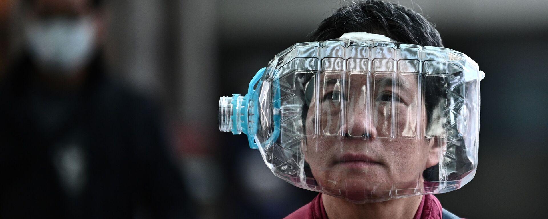 Человек с пластиковой бутылкой закрывающей лицо - Sputnik Таджикистан, 1920, 19.03.2020