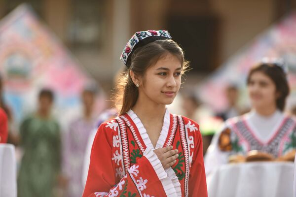 Девушка в национальной таджикской одежде - Sputnik Таджикистан