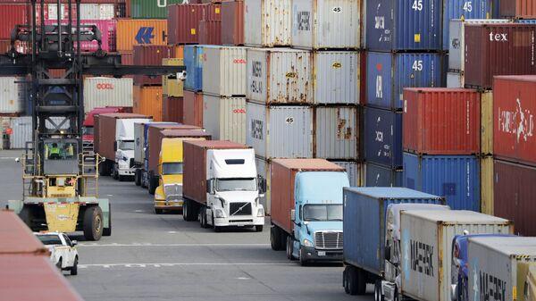 Грузовики перевозят грузовые контейнеры, архивное фото - Sputnik Таджикистан