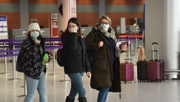 Пассажиры в международном аэропорту Львов имени Даниила Галицкого, архивное фото - Sputnik Таджикистан