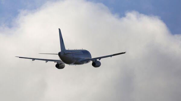 Пассажирский самолет вылетает из аэропорта города Красноярска - Sputnik Таджикистан