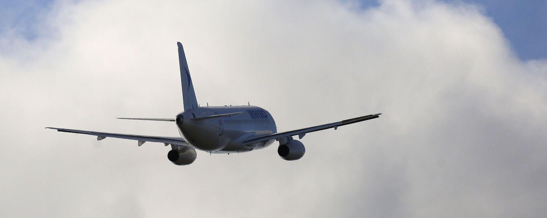 Пассажирский самолет вылетает из аэропорта города Красноярска - Sputnik Таджикистан, 1920, 30.03.2021