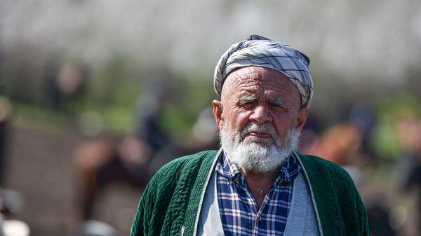 Пожилой человек на турнире бузкаши в Таджикистане - Sputnik Таджикистан