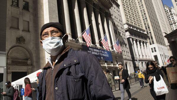 Человек в маске проходит мимо Нью-Йоркской фондовой биржи - Sputnik Таджикистан
