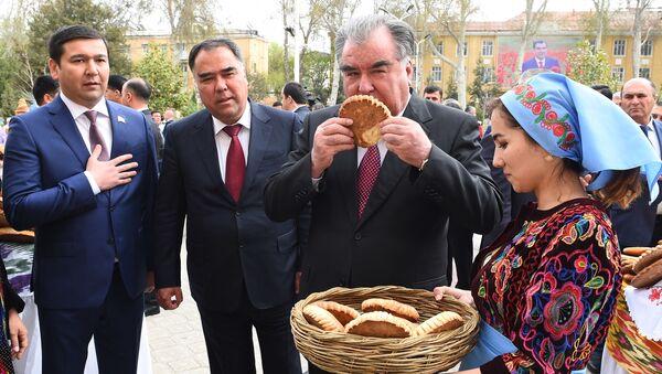 Рахмон принял участие в празднике меда, лепешки и картофеля - Sputnik Таджикистан