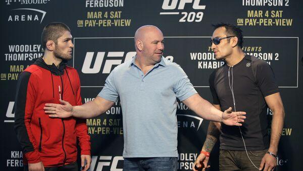 Президент UFC Дана Уайт стоит между бойцами Тони Фергюсоном (справа) и Хабибом Нурмагомедовым - Sputnik Таджикистан