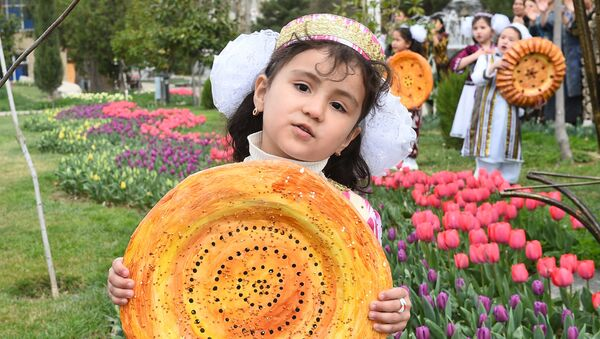 Девочка на празднике меда, лепешки и картофеля - Sputnik Таджикистан