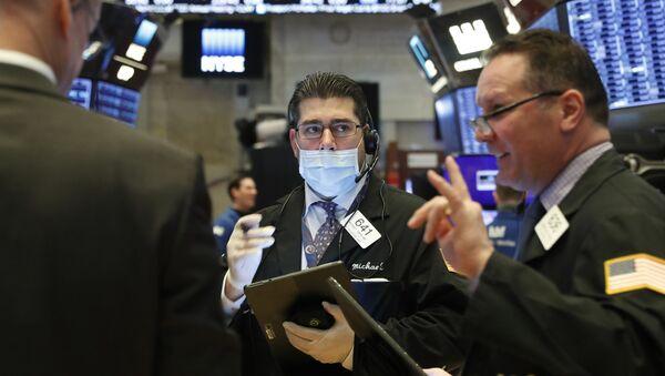 Трейдеры работают на площадке Нью-Йоркской фондовой биржи (NYSE) в Нью-Йорке, США - Sputnik Таджикистан