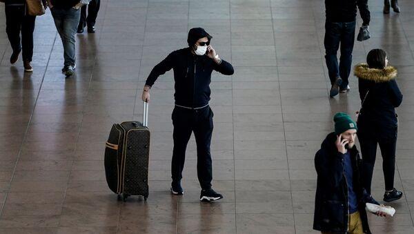 Пассажир в защитной маске в аэропорту - Sputnik Таджикистан