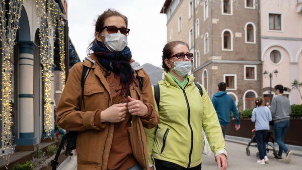 Туристки в медицинских масках на курорте Красная поляна - Sputnik Таджикистан