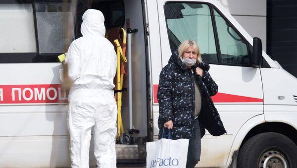 Бригада скорой медицинской помощи доставила пациента с подозрением на коронавирус в больницу в Коммунарке - Sputnik Тоҷикистон