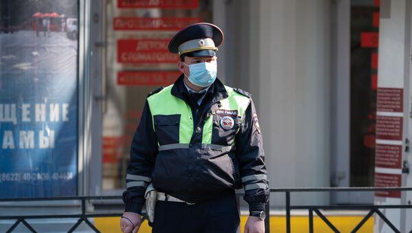 Сотрудник ДПС ГИБДД в защитной маске - Sputnik Таджикистан