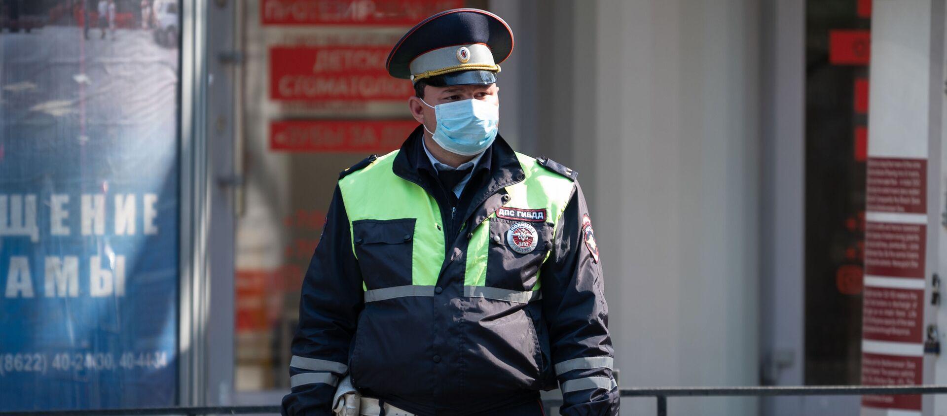 Сотрудник ДПС ГИБДД в защитной маске - Sputnik Таджикистан, 1920, 09.02.2021