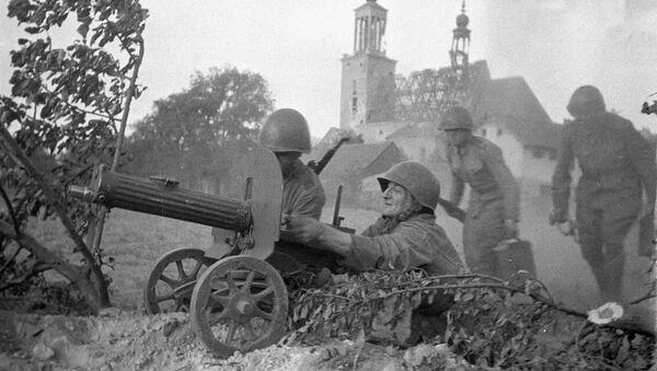 Великая Отечественная война 1941-1945 годов. Солдаты ведут пулеметный огонь в боях за Варшаву - Sputnik Таджикистан