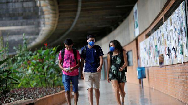 Студенты носят защитную маску в университете - Sputnik Таджикистан